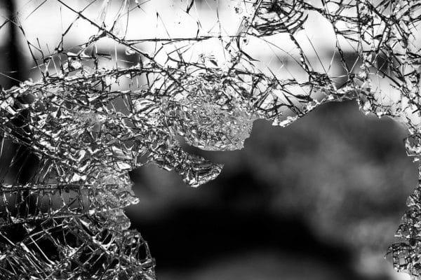 Vitre cassée : que faire en attendant la réparation ?